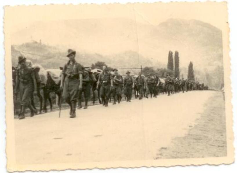 Η πορεία ενός στρατιωτικού Συντάγματος πεζικού  προς το πολεμικό μέτωπο.